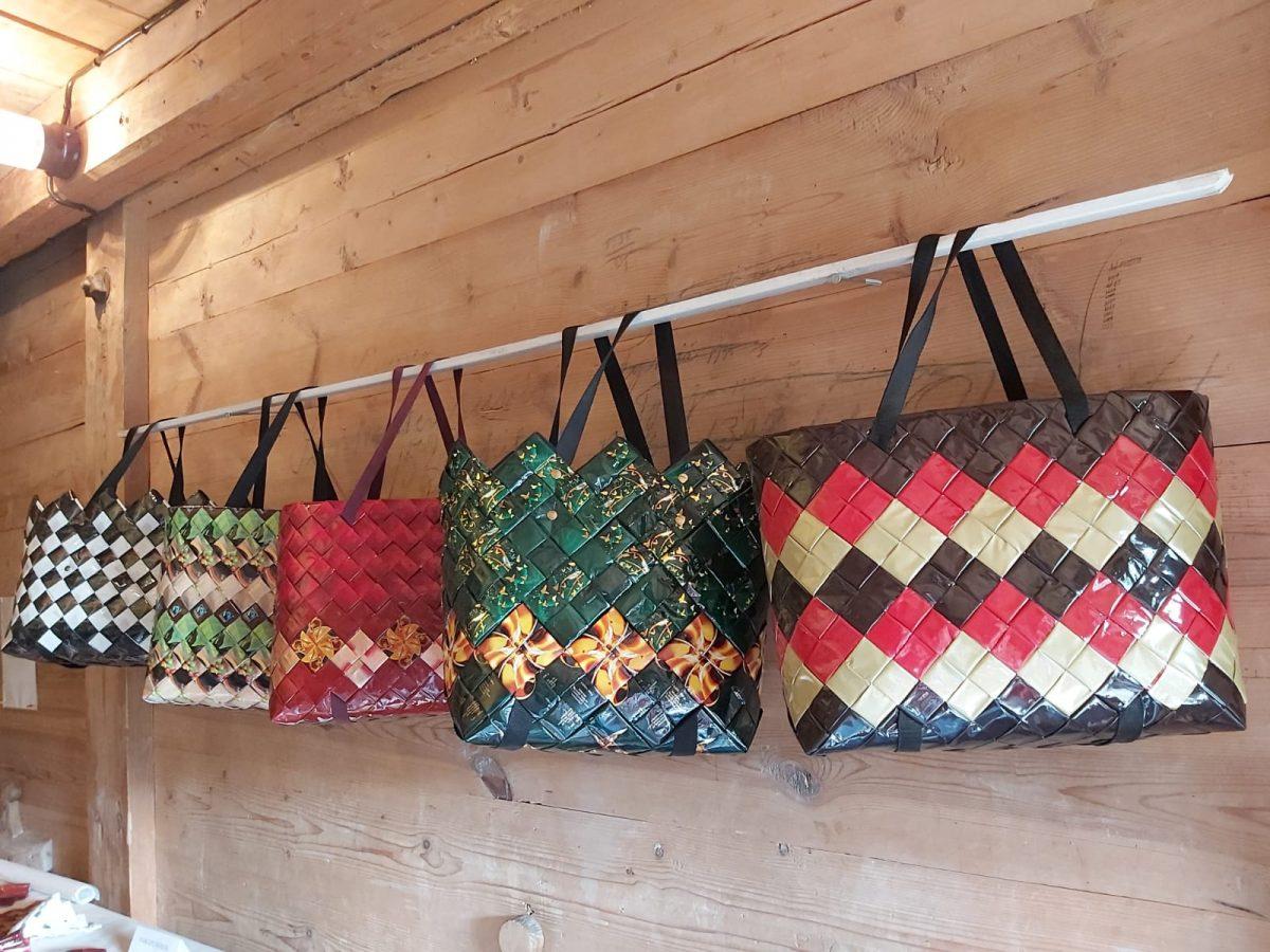 Kahvipusseista tehtyjä laukkuja