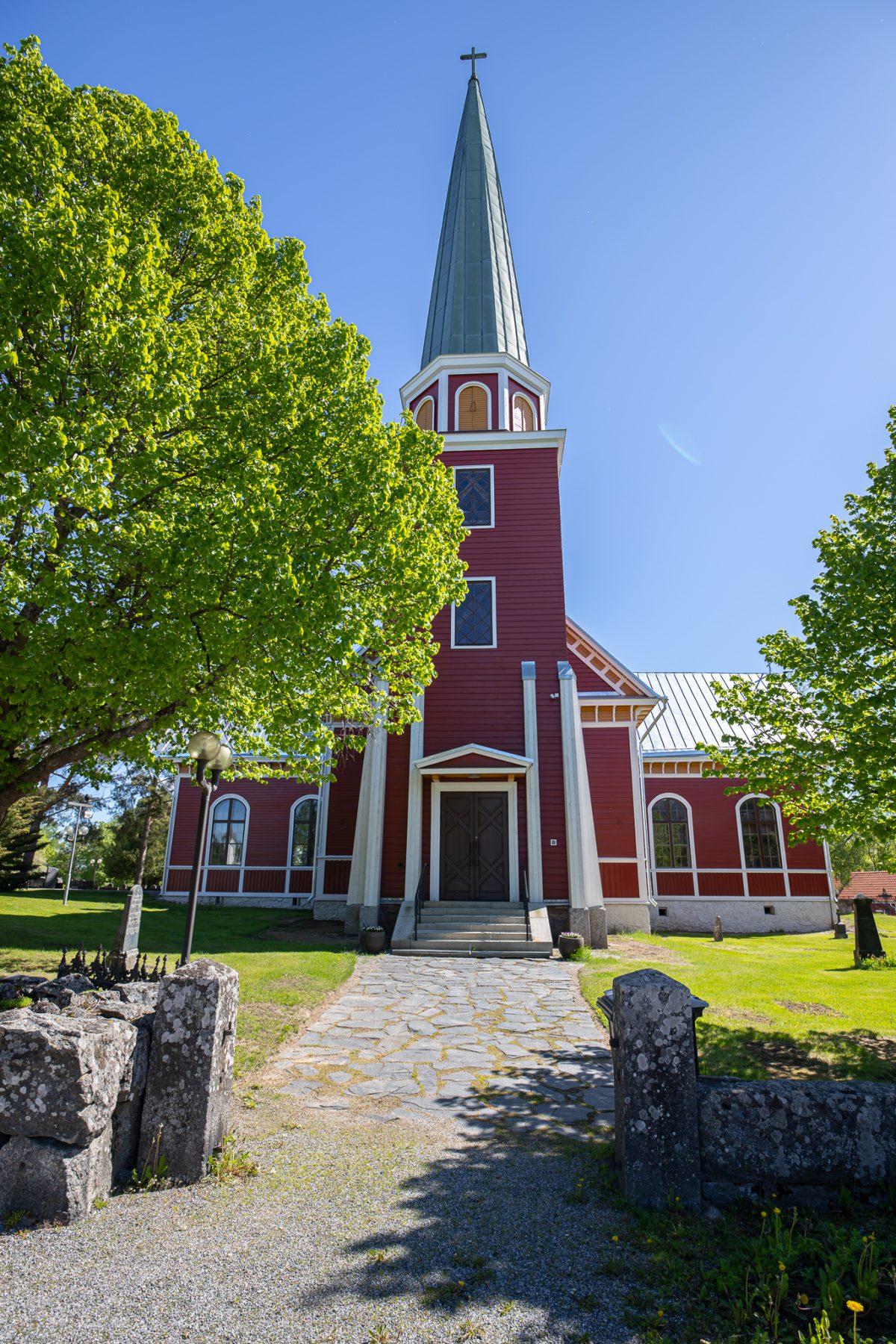 Kiikan kirkko edestäpäin